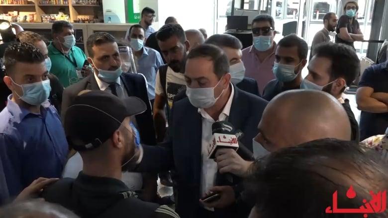 الفوضى تبسط سلطتها خلال إعادة افتتاح المطار