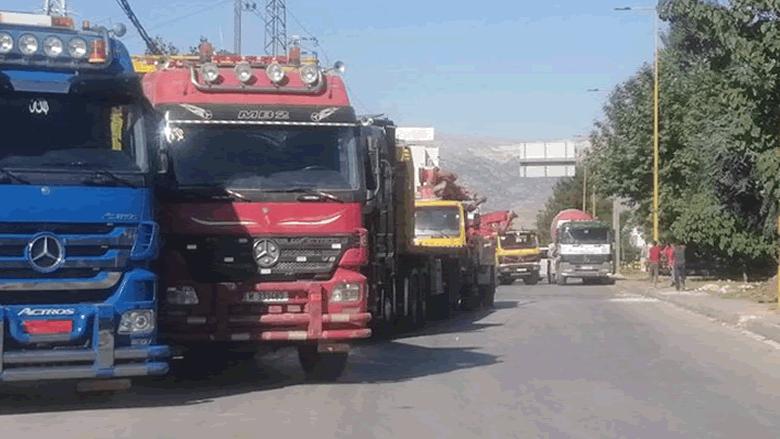 وقفة احتجاجية لأصحاب الشاحنات ومؤسسات البناء وآليات نقل الاسمنت على اوتوستراد شكا
