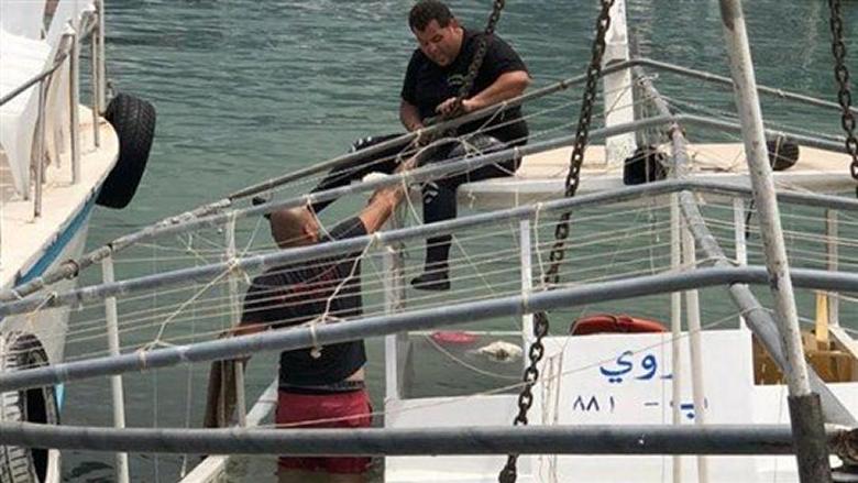 إنتشال زورق سياحي غرق في ميناء جونية