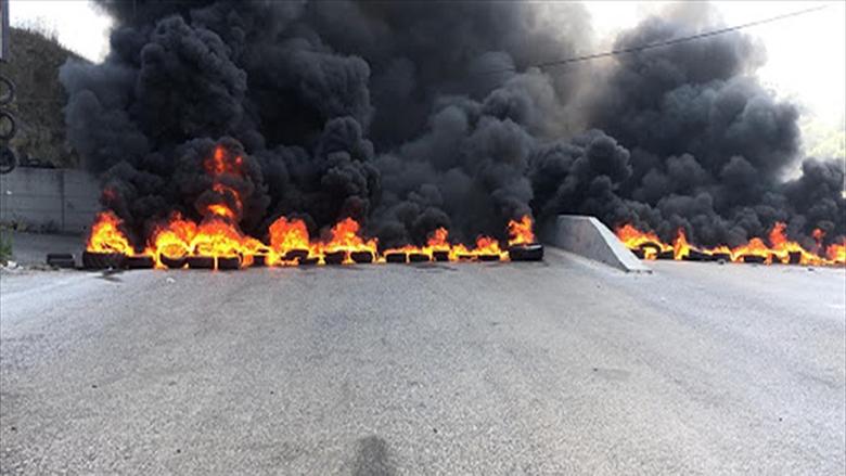 محتجون قطعوا اوتوستراد طرابلس عكار والجيش أعاد فتحه