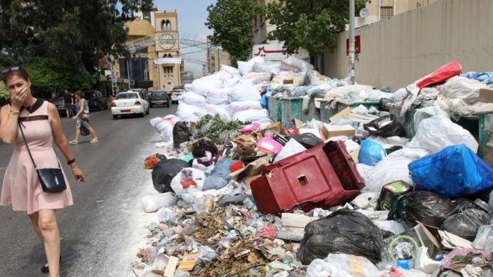 النفايات تعود إلى الشارع.. وشركات التنظيف متوقفة عن العمل
