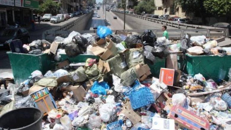 """""""ذا ناشيونال"""": لبنان غارق ماليًا وصحيًا.. ورائحة النفايات تعود!"""