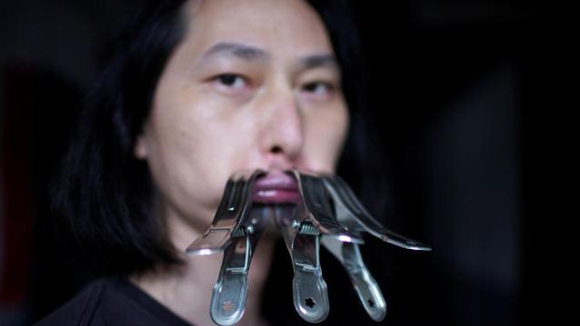فنان صيني يغلق فمه بالمشابك 30 يوماً.. اليكم السبب
