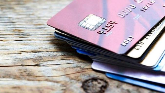 """عجز الحسابات في الخارج: البنوك توقِف """"الكريديت كارد"""" بالدولار"""