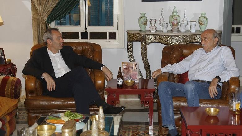 جنبلاط عرض مع السفير البريطاني التطورات