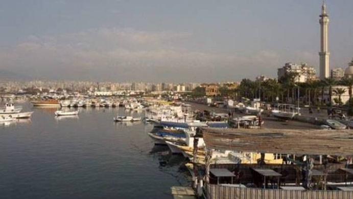 تنظيف الكورنيش البحري في الميناء