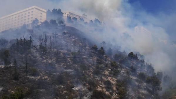 بالفيديو: حريق قرب دير الصليب... إخلاء المباني ونقل المرضى