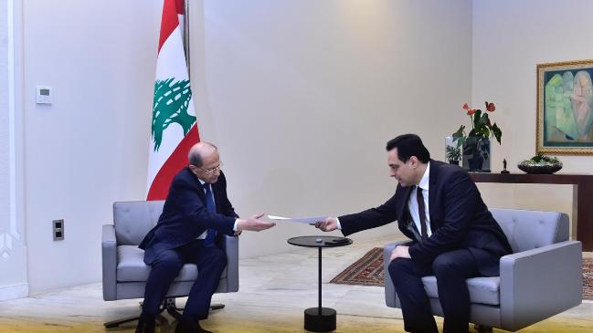 عون تسلّم إستقالة دياب.. وطلب من الوزراء تصريف الأعمال