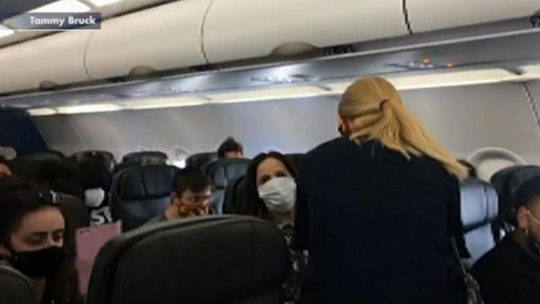 إنزال ركاب طائرة بسبب رفض طفلة عمرها عامان ارتداء الكمامة