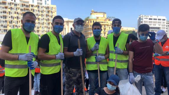 مئات المتطوعون يساعدون أهالي المنكوبين في بيروت