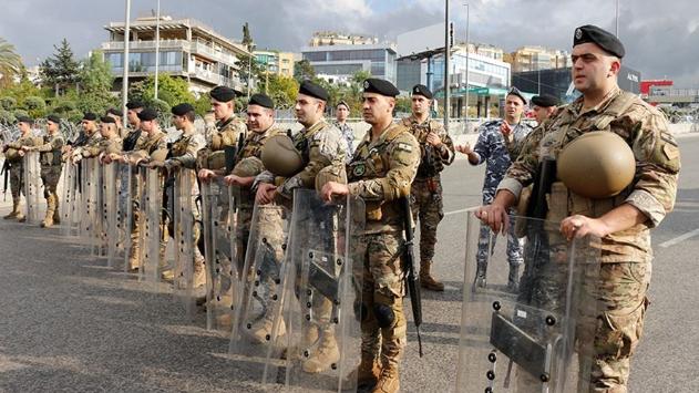 حاجز بشري للجيش على أتوستراد القصر الجمهوري