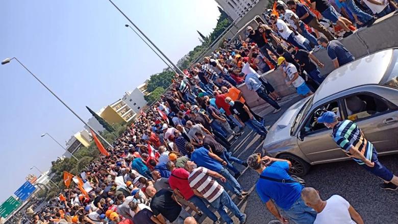 بالصورة: مناصرو التيار الوطني قطعوا طريق القصر الجمهوري