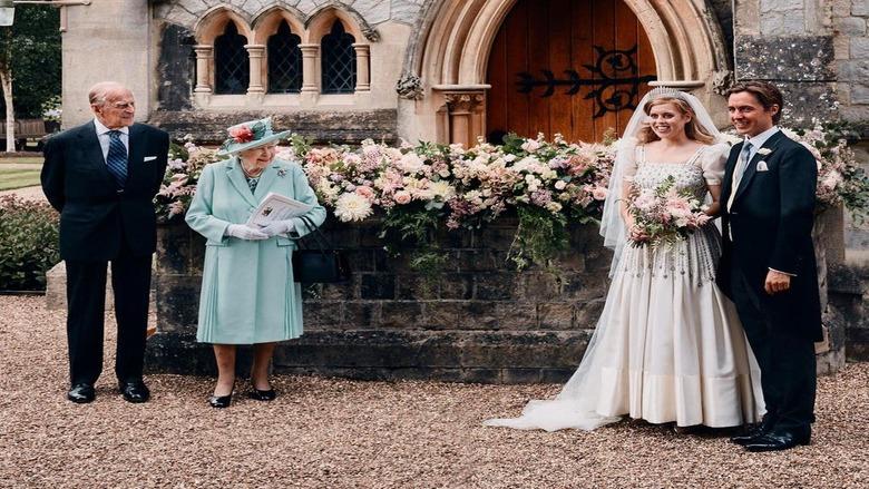 ثوب الملكة وحفيدتها يدخل التاريخ ويعرض في المتحف