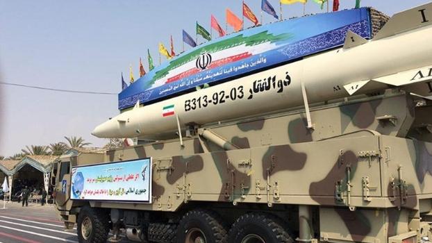 """بعد عبور البحرية الأميركية """"هرمز"""".. إيران تكشف عن صاروخ بالستي"""