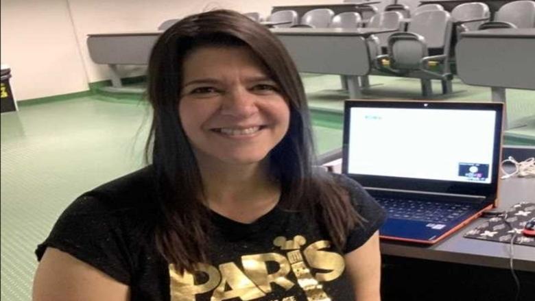 معلمة تفارق الحياة أمام طلابها خلال محاضرة عبر الفيديو