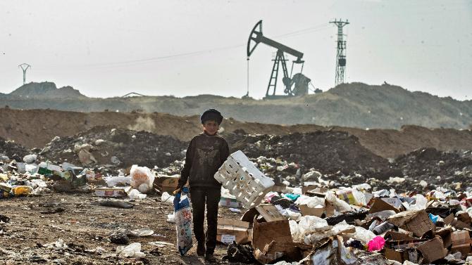 """""""نعيش من قلّة الموت"""".. جوع السوريون على هدير آلات إستخراج النفط"""