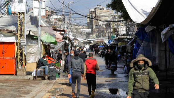 """""""الفقر يخيف أكثر من الوباء"""".. لبنانيون يواجهون الإقفال"""