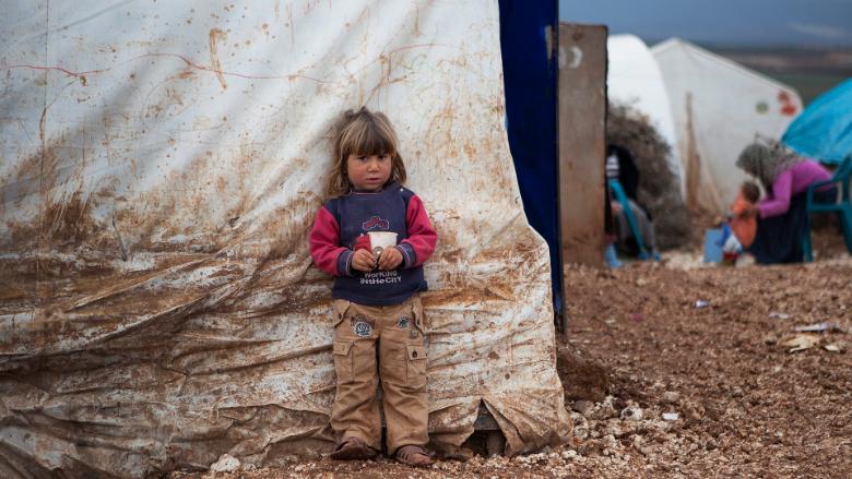بين العواصف وكورونا.. الأزمة الإنسانية في مخيمات سوريا تتعمّق
