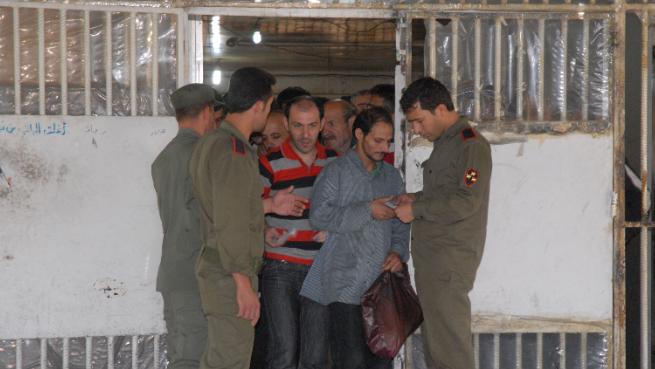 وسيلة لجني الأموال.. ضبّاط النظام السوري يبتزّون أهالي المعتقلين