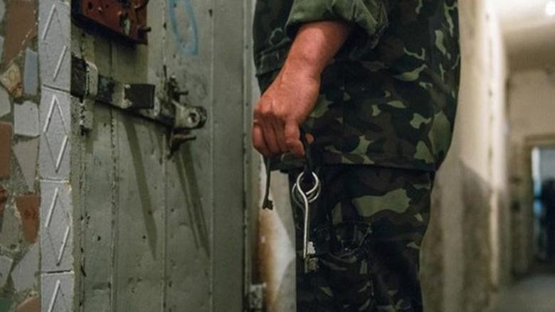 """""""الغارديان"""": بعد التعذيب.. النظام السوري يبتزّ أهالي المعتقلين ماليًا"""