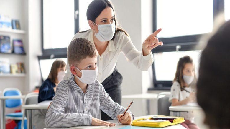 المدارس من أهم أسباب تفشي السلالة الجديدة لكورونا في بريطانيا