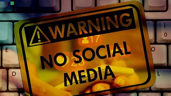 """خسائر بمليارات الدولارات.. ولكن """"لا تهلعوا"""" مواقع التواصل الاجتماعي بخير"""
