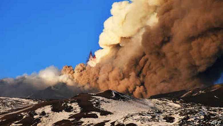 """بركان """"إتنا"""" يثور ويقذف الحجارة والرماد على جزيرة صقلية"""