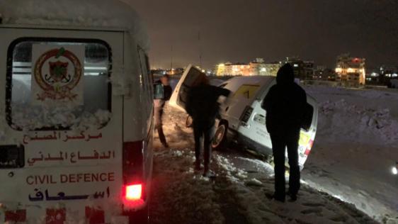 الدفاع المدني أنقذ مواطنَين وسحب سيارتهما جراء انزلاقها في مجدل عنجر