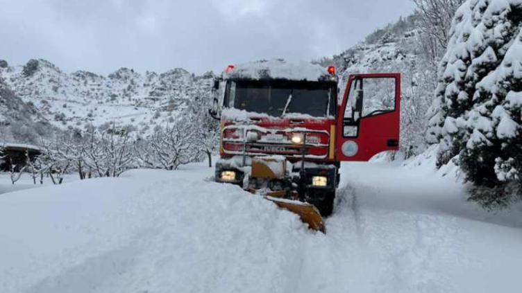 الدفاع المدني في جرد البترون يعمل على اعادة فتح الطرق ومساعدة المواطنين المحاصرين بالثلوج