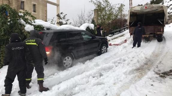 الدفاع المدني انقذ مواطنين إحتجزتهم الثلوج داخل سياراتهم