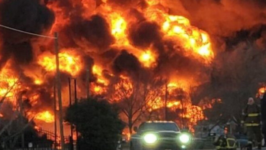 """تكساس... """"انفجار مروّع"""" إثر حادث اصطدام شاحنة بقطار مُحمل بالفحم والبنزين!"""