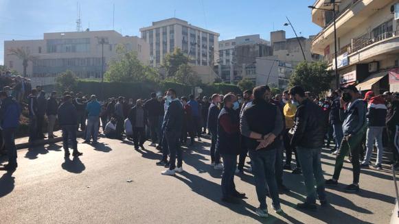 محتجون قطعوا ساحة النجمة في صيدا احتجاجاً على عدم شمولهم بقرار تخفيف قيود الاقفال
