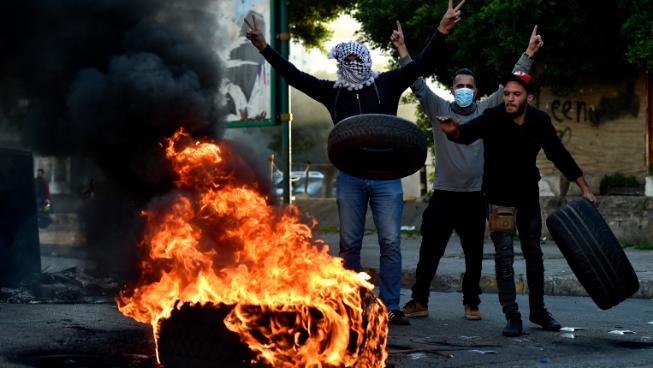بالفيديو: محتجون يقفلون محال تجارية وسوبرماركات في بيروت