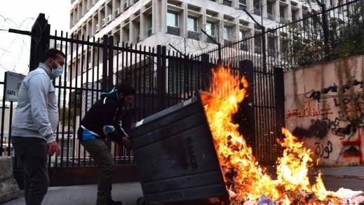 """البنك الدولي """"يهزّ العصا"""" للمركزي: دفع القرض بالدولار"""