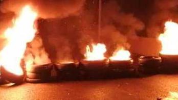 أهالي جبل محسن والقبة قطعوا الطرقات واشعلوا الاطارات إحتجاجا على تردي الأوضاع المعيشية