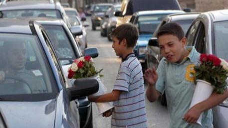 """أطفال على قارعة الطريق في طرابلس: """"ما عم فينا ناكل"""""""