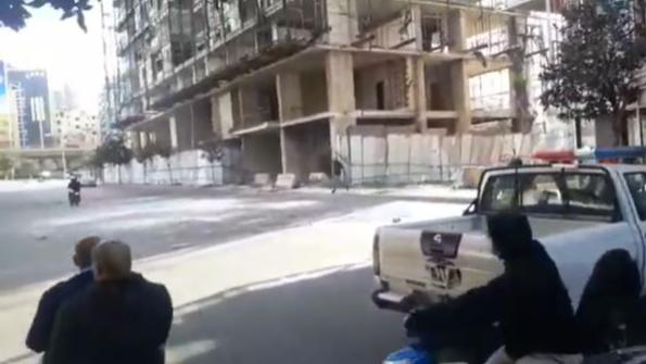 بالفيديو: في وسط بيروت.. إطلاق للنار أمام القوى الأمنية