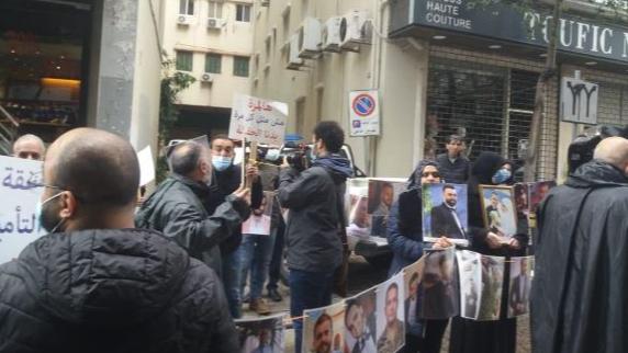 أهالي شهداء المرفأ أمام منزل وزير الإقتصاد: سنرفع عليك دعاوى بهذا الجرم