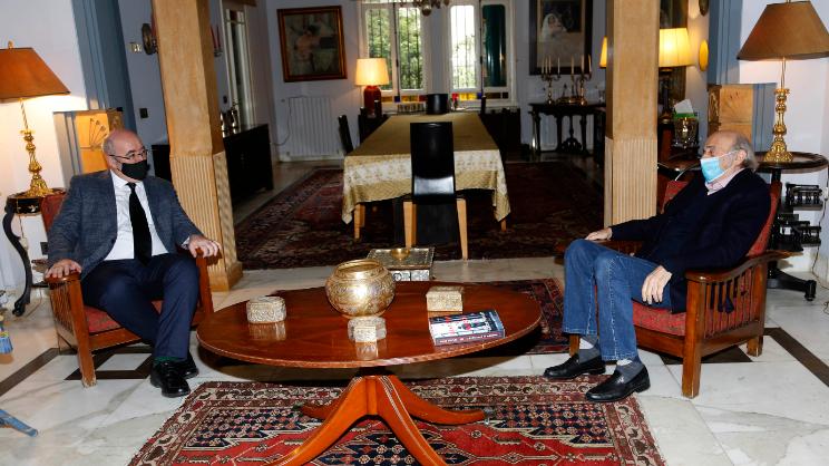 جنبلاط بحث التطورات السياسية مع السفير البريطاني