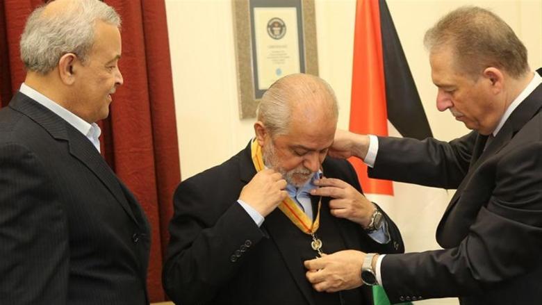 محمود عباس منح الأمين العام للصليب الأحمر اللبناني وسام بيت لحم