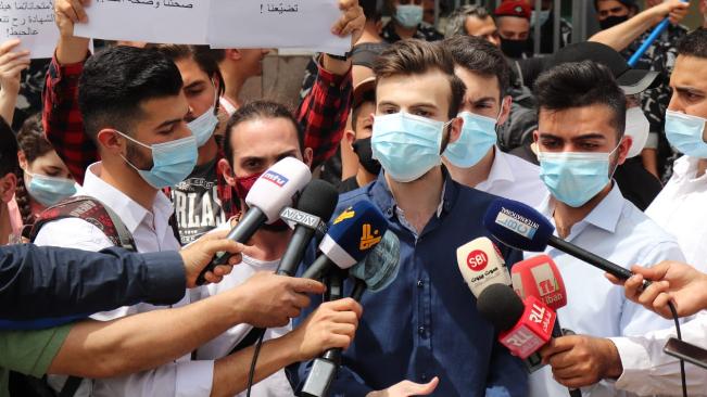وقفة طالبية أمام وزارة التربية رفضا لتمديد العام الدراسي