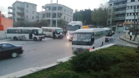 بالصور: إعتصام لإتحاد نقابات العاملين في النقل البري عند مستديرة عاليه