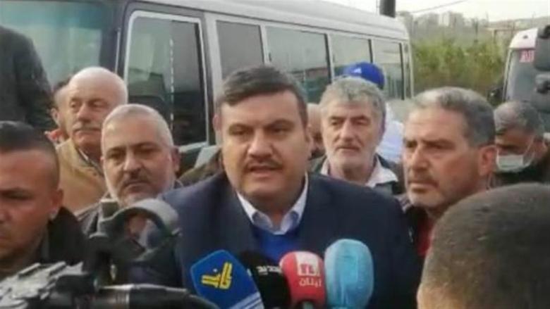 اعتصام للسائقين العموميين في طرابلس وتلويح بالتصعيد