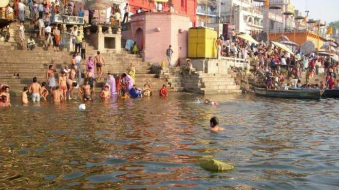 """العثور على عشرات الجثث لأشخاص يشتبه بأنهم توفوا بـ""""كورونا"""" على ضفاف نهر الغانج"""
