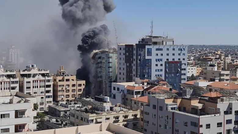 لحظة انهيار برج الجلاء في غزة الذي يضم وسائل اعلامية