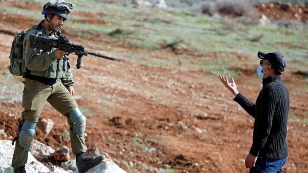بالفيديو: ضابط اسرائيلي يعترف بقيام إسرائيل بجرائم حرب