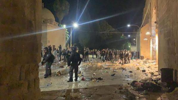 اعتداءٌ إسرائيلي بالغ الخطورة على الأقصى.. القدس تنبض بالحق بوجه الإجرام