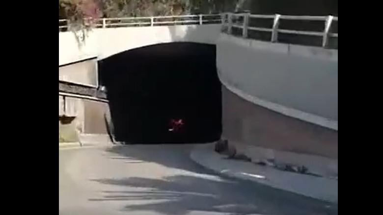 بالفيديو: احتراق سيارة داخل نفق الرينغ- برج المر