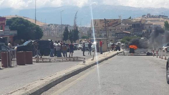 قطع الطريق الدولية عند نقطة المصنع الحدودية إحتجاجاً على قرار للجمارك