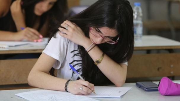 """الجدل حول امتحانات """"الثانوية العامة"""": من """"يثقّل"""" المواد؟"""